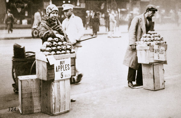 Jobless New Yorkers selling apples on the pavement, Great Depression, New York, USA, 1930