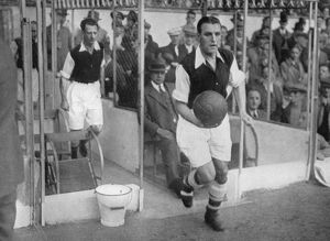 sport/arsenal fc captain eddie hapgood runs pitch highbury